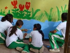 Estudiantes pintando